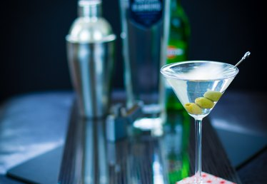 How to Make a Dirty Martini With Vodka