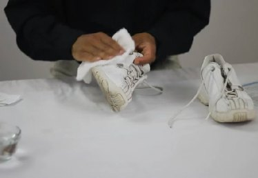 How to Wash Leather Sneakers