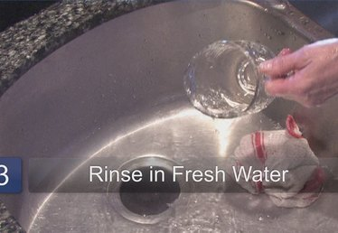 How to Clean Glass With Vinegar & Water