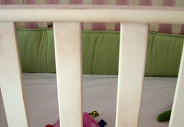How to Make a Daybed From a Baby Crib