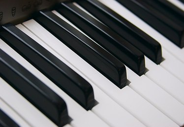 The Difference Between Electronic Keyboards & Digital Pianos