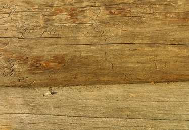 How to Use Oil to Stain Logs