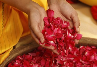 How to Make Rosewater From Dried Buds
