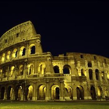 Use photographs of Roman landmarks, such as the Colosseum, to make wedding invitations.