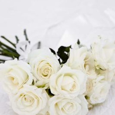 Make a bouquet of white roses out of toilet paper.