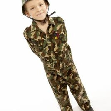 Plan a memorable army-themed birthday party for your child.