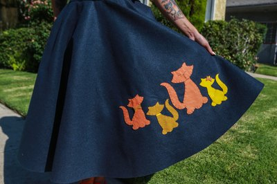 Make your own 1950s felt appliqué skirt.