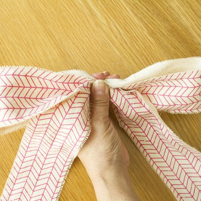 Hold the ribbon tightly with your fingers.