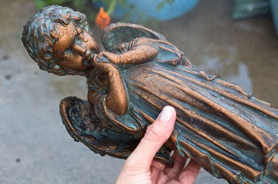 After carefully cleaning the surface, rinse the statue again and allow it to air-dry.