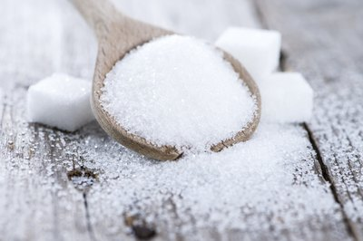 Sugar cubes and a spoonful of loose sugar.