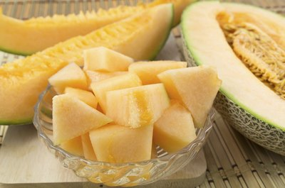 Sliced cantaloupe in a glass bowl.
