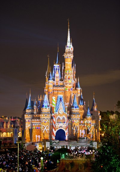 Cinderella's Castle decorated like a gingerbread house for Christmas.