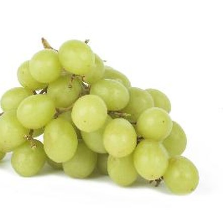 One cup of green grapes contains 104 calories and 1.4 grams of fiber.