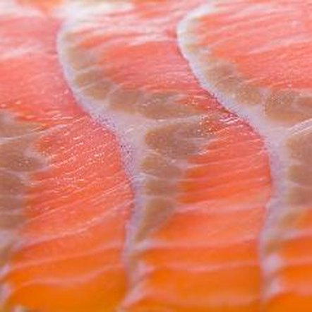 A serving of canned salmon contains 136 calories.