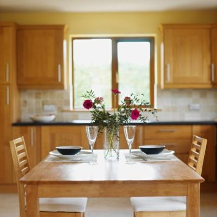 Because oak usually has orange undertones, peach curtains can be an attractive option for your kitchen window.