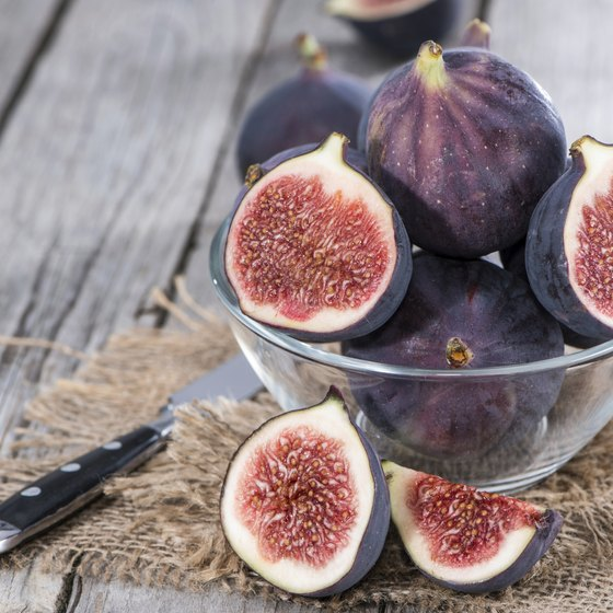 A bowl of sliced figs