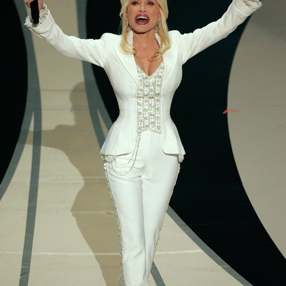 Dolly Parton's thin waist and strong hips give her an hourglass figure.
