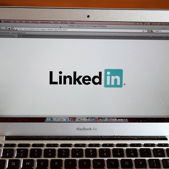 Add PDF files to your LinkedIn profile with the Box application.