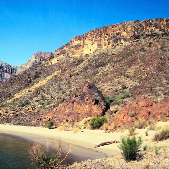 Visit a lake in Arizona's warm desert.