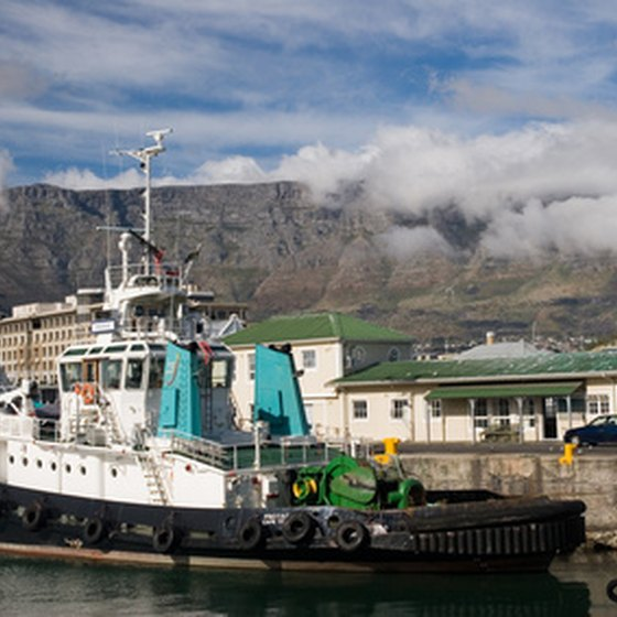 Cape Town attracts tourists with natural and historical sites