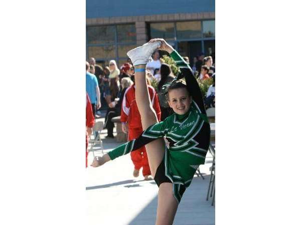 This cheerleader is ready to take her bow airborne.