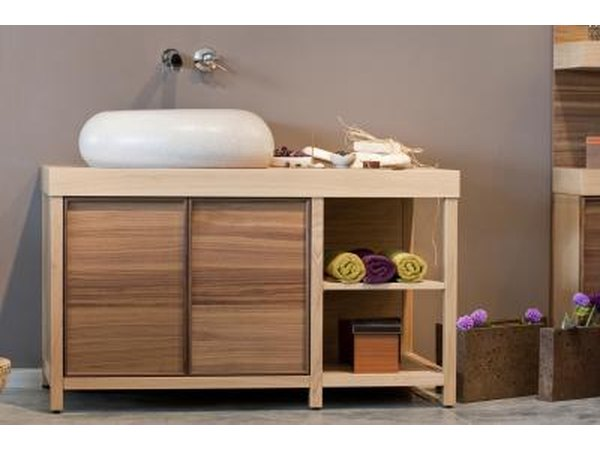 Painting ideas for small bathrooms with pictures ehow for Tansu bathroom vanity