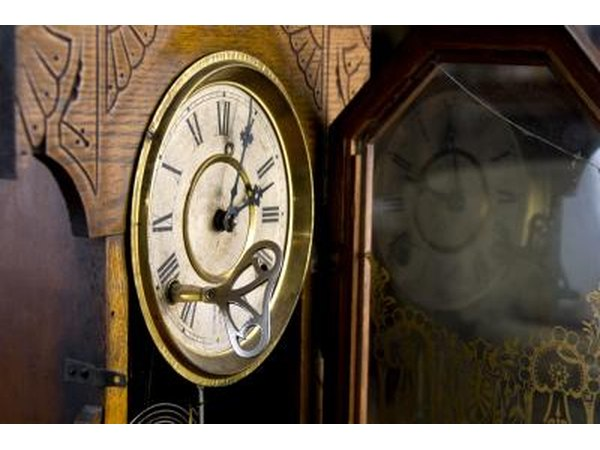 Difference Between a Grandfather & Grandmother Clock