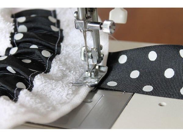 Ράψτε τα λουριά κορδέλα ώμο στην πετσέτα.