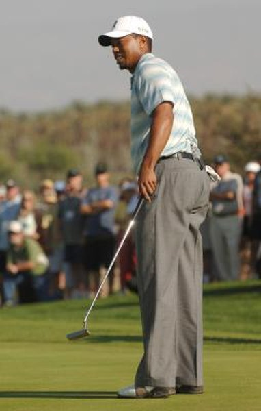 Tiger Woods uses an offset putter during the 2005 Skins Game.
