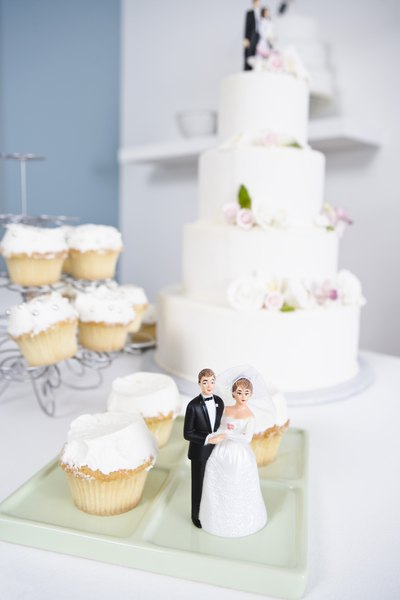 decorated cupcakes are becoming popular at wedding receptions