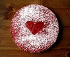 A beautiful but simple heart decorates this Valentine's Day cake.