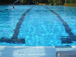 How should victims of pool chlorine poisoning be treated ?