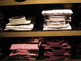 Job Description for a Merchandising Sales Clerk Merchandising sales clerks display products in an attractive manner.