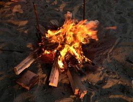How To Make A Fake Campfire Display Using Red Christmas