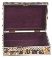 Boxes lined with velvet are ideal for presenting precious objects.