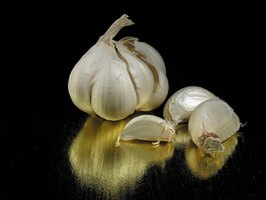 Garlic can help tame symptoms of sore throat.