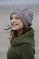 Knit a warm beret using a peg loom.