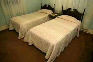 what to put in the middle of two twin beds to make a king size ehow. Black Bedroom Furniture Sets. Home Design Ideas
