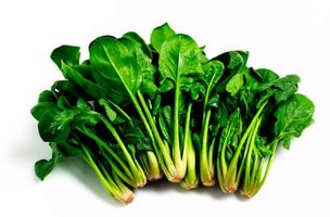 Older spinach leaves naturally yellow, so it's the younger leaves that are sold at markets.