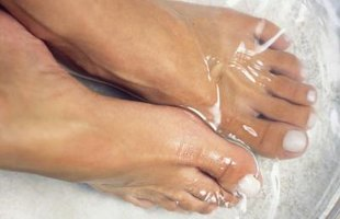 How to Cure Feet Fungus
