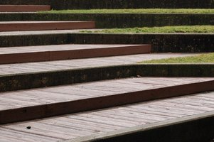 Wooden steps without rails should have a generous stepping surface.
