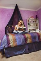 There are many ways to decorate your teen's room in purple and blue.