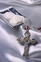 There are many centerpiece ideas for a First Holy Communion party.