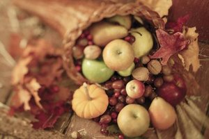 Gourds and apples in a table decoration can last for weeks without rotting.