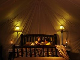 How to decorate a room to look like a tent 6 steps ehow for How to make a tent in your living room