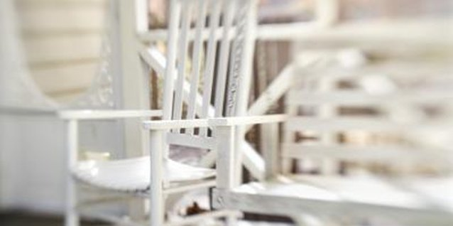 How to Paint a Wooden Chair With Acrylic