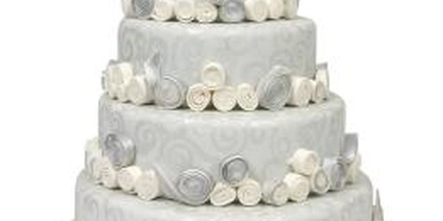What to Keep in Mind When Baking Big Wedding Cakes