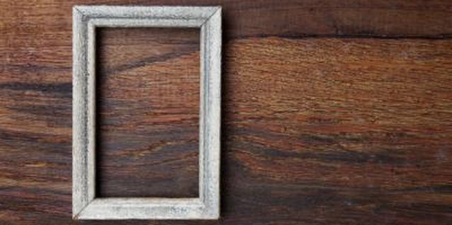 How to Touch Up Wood on a Picture Frame