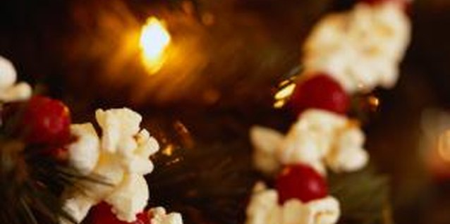 How to Decorate for Christmas With Popcorn and Cranberries