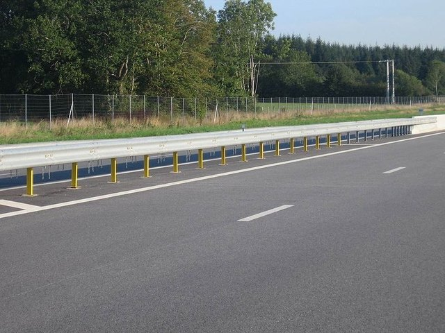 Guardrail protects drivers in a runoff. Photo: Wikimedia Commons